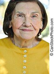 stående, av, senior woman