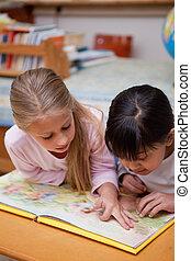 stående, av, skolflickor, läsning, a, saga
