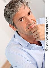 stående, av, stilig, 40-year-old, man