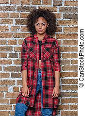 stående, av, stilig, african amerikansk flicka, betrakta kamera