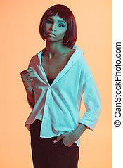 stående, av, stilig, afrikansk amerikansk kvinna, betrakta kamera