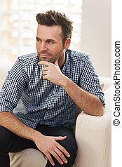 stående, av, stilig, bemanna sitta, på, soffa