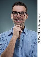 stående, av, stilig, man, in, glasögon