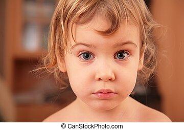 stående, av, trist, liten flicka