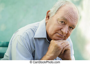 stående, av, trist, skallig, äldre bemanna, betrakta kamera