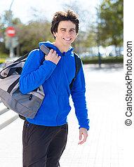 stående, av, ung man, med, bagage