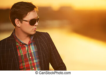 stående, av, ung, mode, man, in, solglasögon, hos, solnedgång