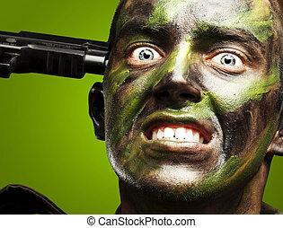 stående, av, ung, soldat, comiting, självmord, över, grön fond