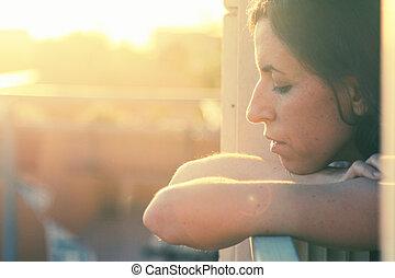 stående, av, vacker, 35, år gammal, kvinna, på, solnedgång,...