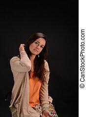stående, av, vacker, kvinnlig, modell, på, svart fond