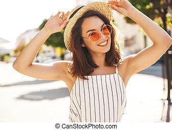stående, av, vacker, söt, blond, tonåring, modell, in, sommar, hipster, kläder, framställ, på streeten, bakgrund