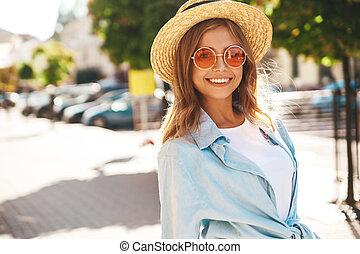 stående, av, vacker, söt, le, blond, tonåring, modell, in, sommar, hipster, kläder, framställ, på streeten, bakgrund.