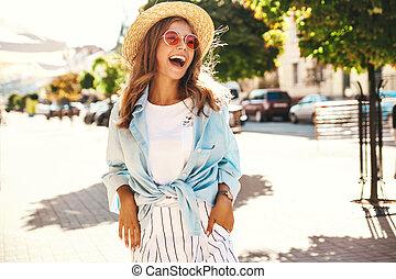 stående, av, vacker, söt, le, blond, tonåring, modell, in, sommar, hipster, kläder, framställ, på streeten, bakgrund