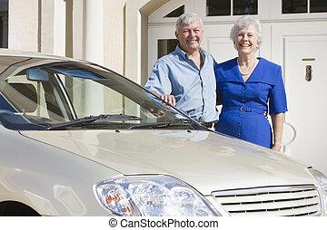 stående, bil, par, deras, utanför, hem, senior