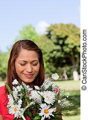 stående, blomningen, parkland, bukett, medan, se, solig, kvinna, område, ung