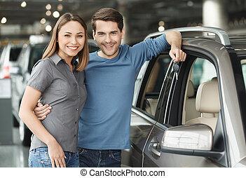 stående, choise., gjord, nyckel, bil, män, vi, krama, ung, ha, hans, rättighet, agentur, holdingen, flickvän, stilig