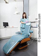 stående, dental, klinik, tandläkare, kvinnlig, stol
