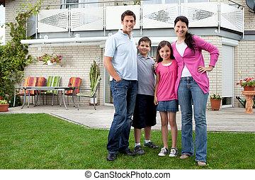 stående, familj, hus, ung, deras, främre del