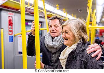 stående, fullsatt, par, tåg, tunnelbana, senior