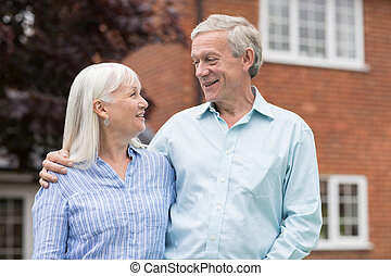 stående, Hem, par, pensionerat, utanför