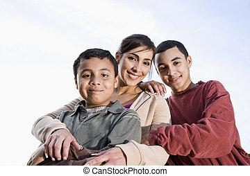 stående, hispanic, son, mor, utomhus