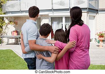 stående, hus, främre del, familj, deras