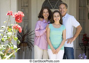 stående, hus, utanför, familj