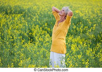 stående, huvud, kvinna, hand, fält, bak, senior