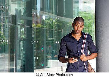 stående, kompress, amerikan, väska, utanför,  student, afrikansk, manlig