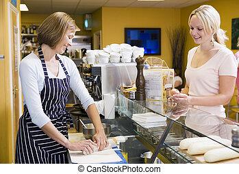 stående, kund, kvinna, restaurang, disk, tjänande, le