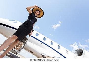 stående, kvinna, jet, privat, elegant, mot, klänning
