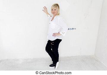 stående, kvinna, rum, lätt, insida, vit, tom