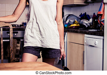 stående, kvinna, ung, henne, kök