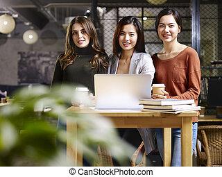 stående, kvinnor, tre, affär, lycklig