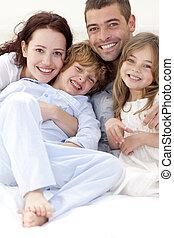 stående, lögnaktig, säng, familj, ung