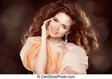 stående, le, attraktiv, kvinna, hårtuppsättning, länge, lockig