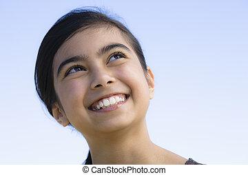 stående, leende flicka