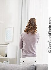 stående, levande, kvinna, rum