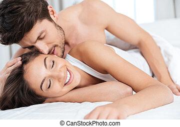 stående, närbild, par, säng, kyssande