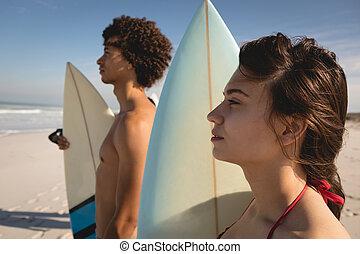 stående, par, surfbräda, strand, tankfull, ung