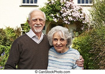 stående, par, utanför, nätt, stuga,  Senior