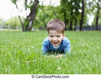 stående, pojke, litet, utomhus
