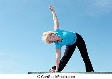 stående, senior woman, yoga