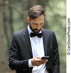 stående, smartphone, sms, veder, affärsman, läsning