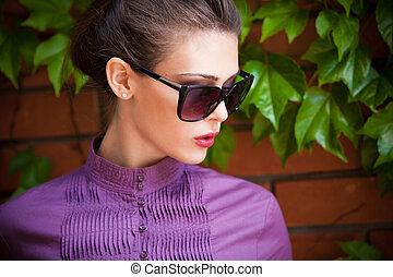 stående, solglasögon