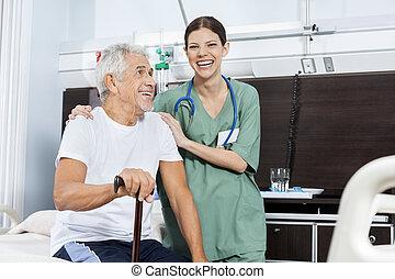 stående, tålmodig, centrera, rehab, kvinnlig, senior, sköta