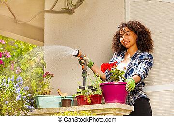 stående, vattning, terrassera, afrikansk, flicka, blomningen