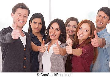 stående, vi, grupp, folk, framgångsrik, ung, team!, glad, annat, varje, nära, gesturing