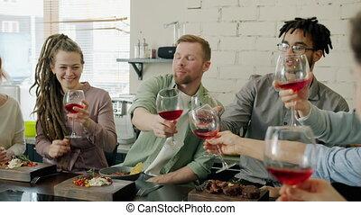 stół, człowiek, dziewczyny, toasting, okulary, szczęśliwy, ...