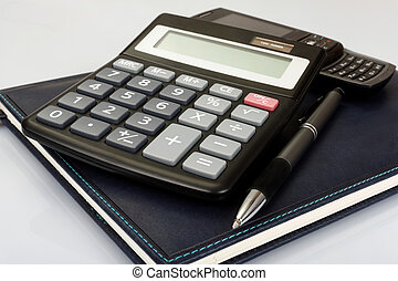 stół, kalkulator, planista, pióro
